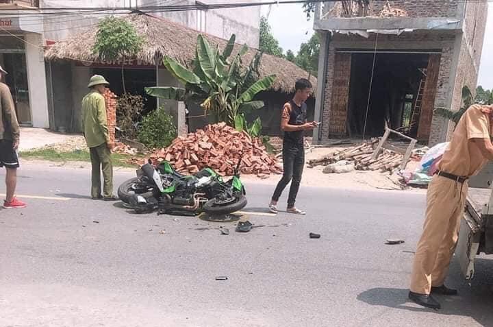 Cả hai chiếc xe trong vụ tai nạn đều bị hư hỏng nặng