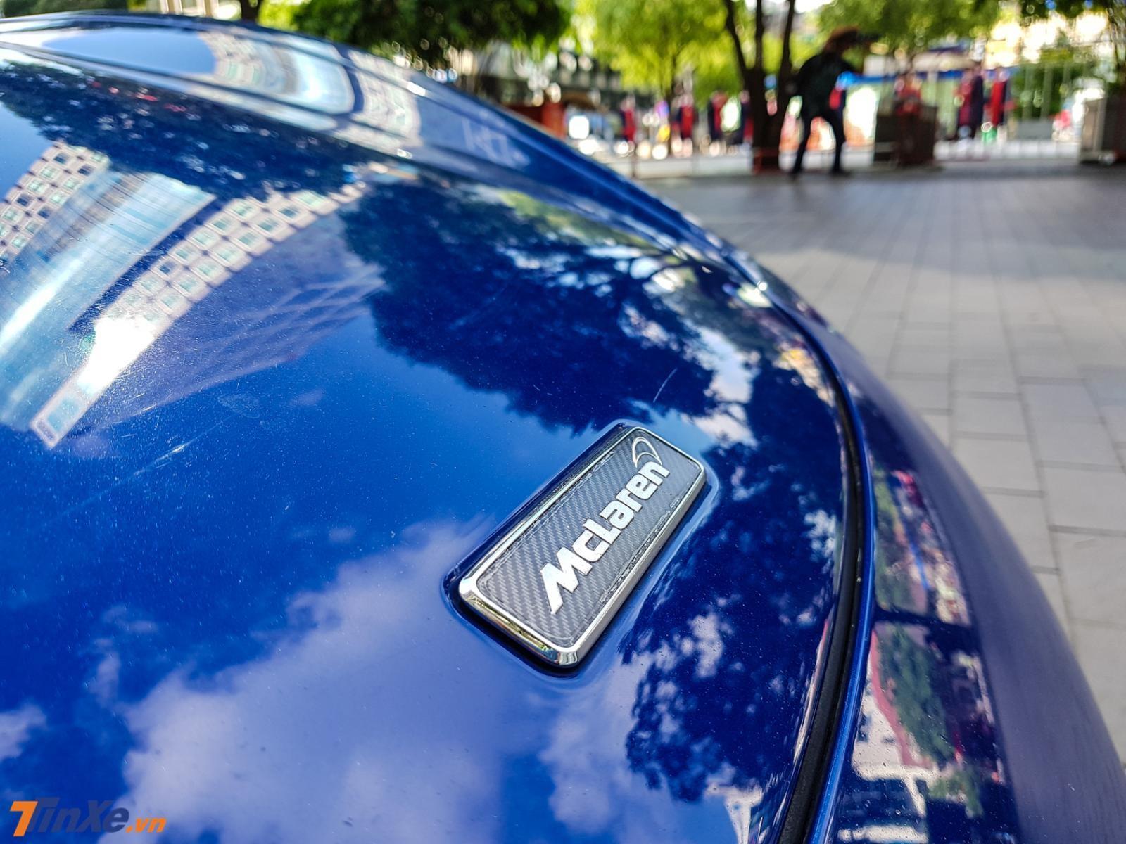 Ngay đến cả logo gắn phía trước đầu xe cũng bằng sợi carbon