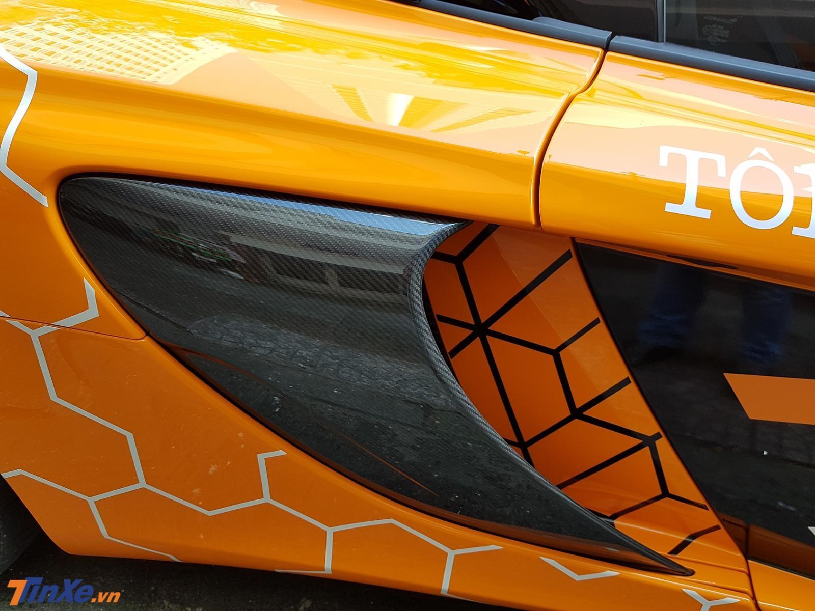 siêu xe McLaren 650S Spider này còn có nhiều chi tiết bằng sợi carbon bóng làm điểm nhấn
