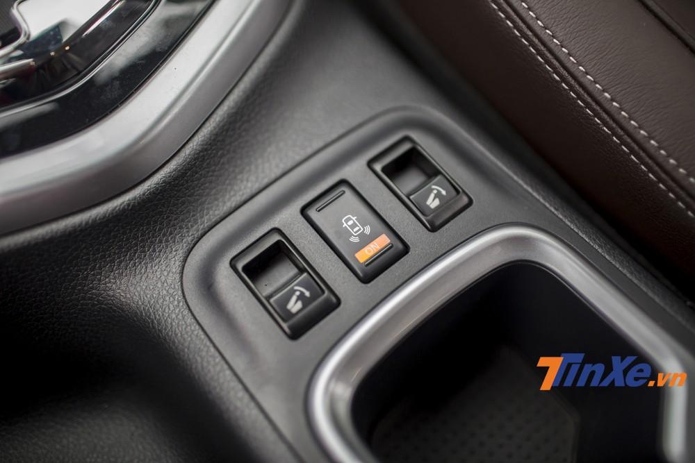 Nút bấm gập hàng ghế thứ 2 chỉ cần một chạm mang lại sự tiện dụng hơn rất nhiều cho người lái xe.