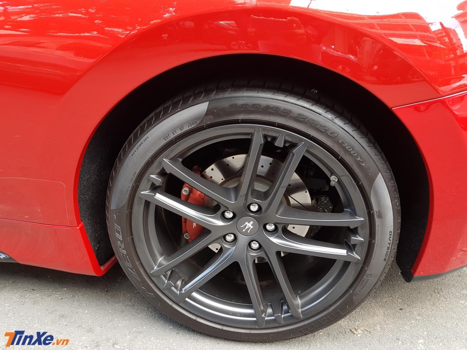 Chiếc xe thể thao hạng sang Maserati GranTurismo Sport của doanh nhân quận 2 này đi kèm bộ mâm 5 chấu kép sơn đen mờ