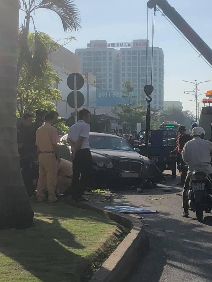 Xe cứu hộ được điều động đến đưa chiếc xe Bentley Continental GT ra khỏi hiện trường vụ tai nạn