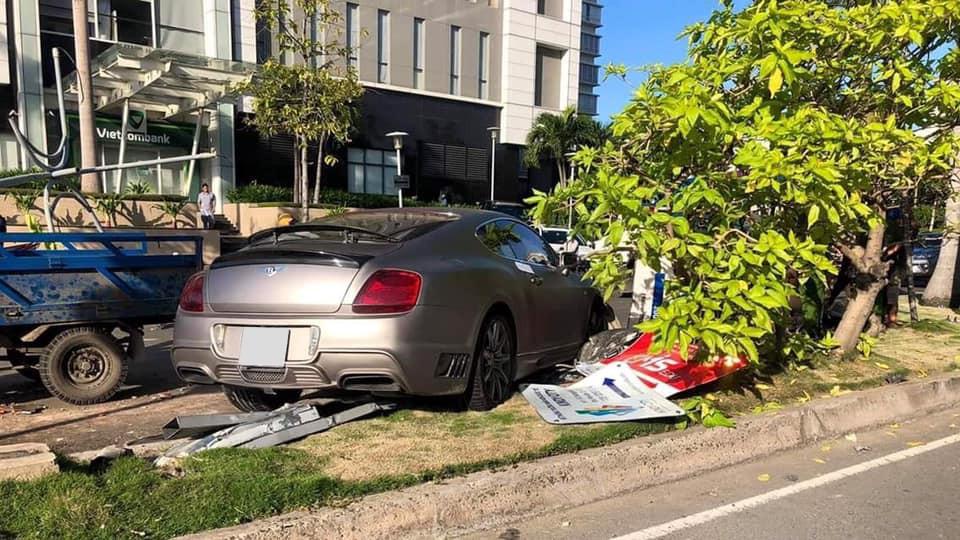 Chiếc xe Bentley Continental GT đâm hỏng nhiều cây xanh và biển quảng cáo
