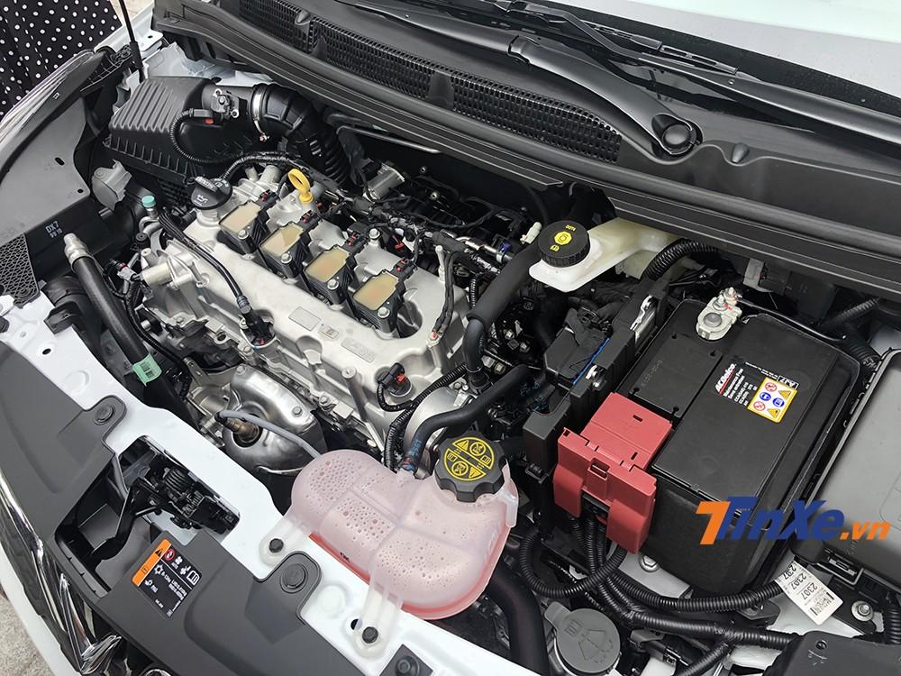 Bên dưới nắp capo của VinFast Fadil là động cơ dung tích 1.4L cùng hộp số tự động vô cấp CVT. Xe có khả năng sản sinh công suất tối đa 98 mã lực và mô-men xoắn cực đại 128Nm - cao hơn các đối thủ cùng phân khúc.