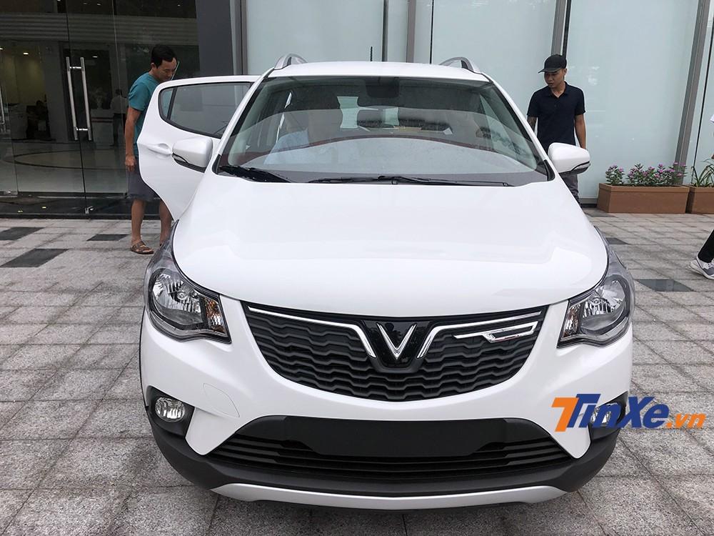 Phần đầu xe nổi bật với lưới tản nhiệt cỡ lớn cùng logo VinFast mạ crome khá bắt mắt.
