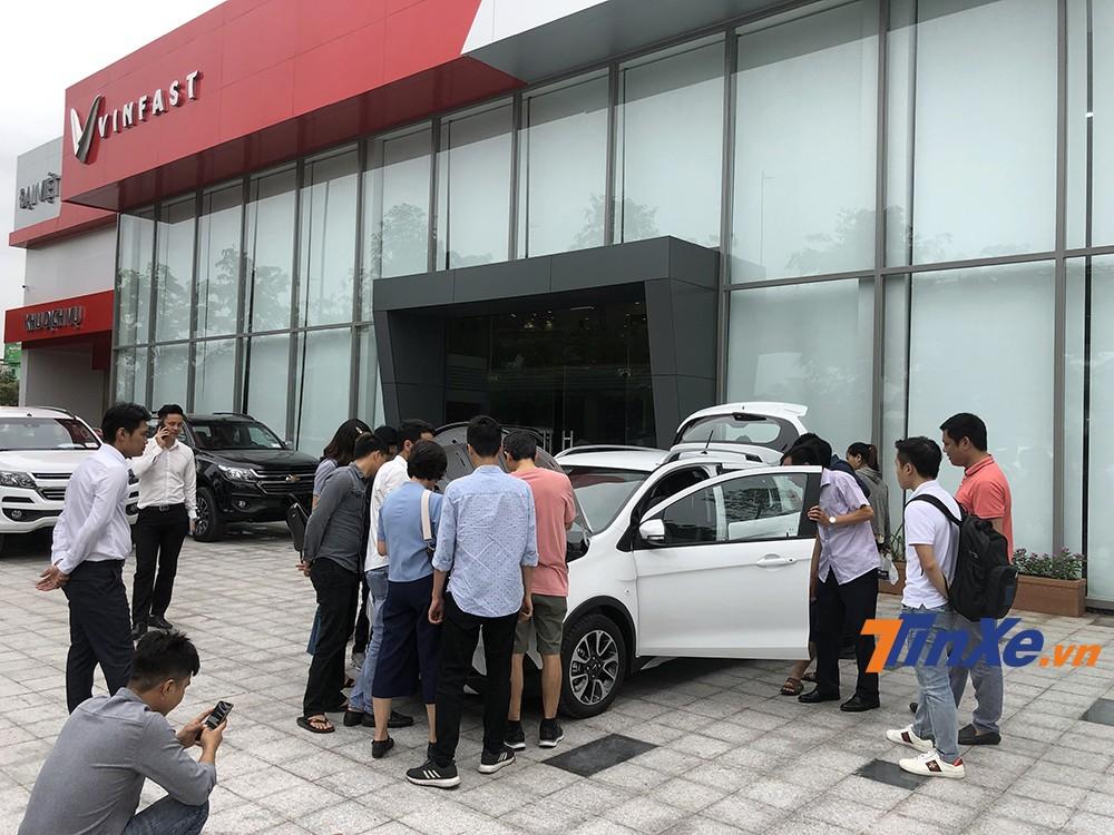 Ngay từ rất sớm, đại lý VinFast đã đông khách hàng đến chờ được trải nghiệm VinFast Fadil.