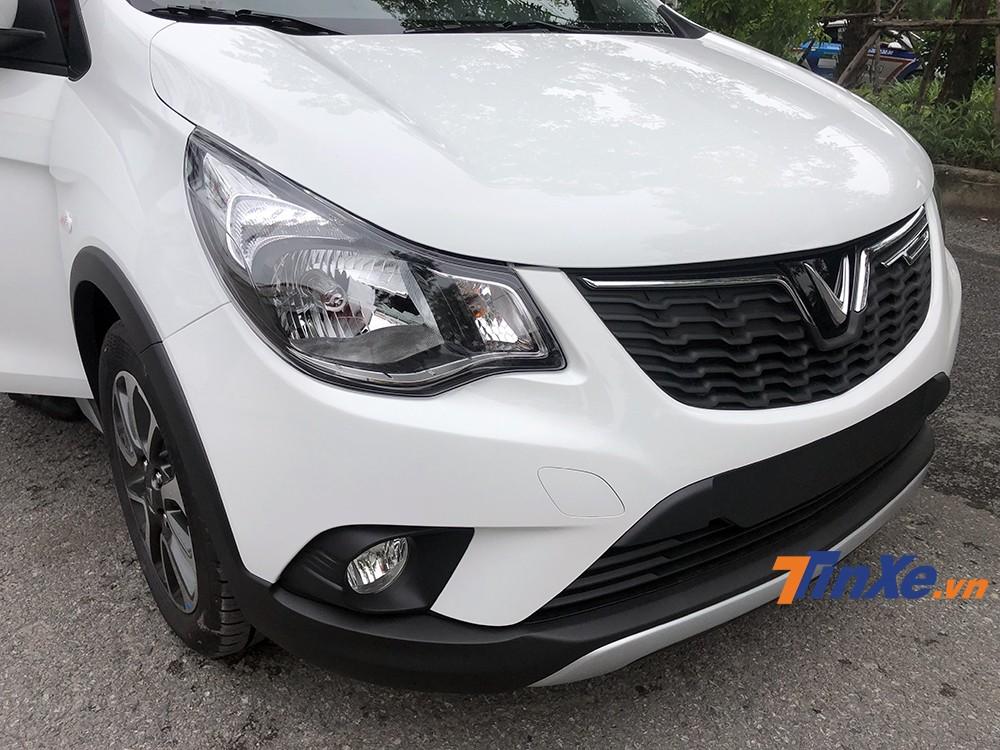 Là phiên bản đầy đủ nhất, VinFast Fadil mà chúng tôi lái thử có đèn định vị ban ngày dạng LED được thiết kế gọn bên hông xe.