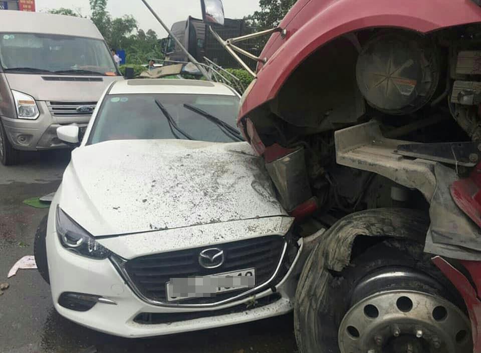 Chiếc Mazda3 và xe container đều bị hỏng đáng kể trong vụ tai nạn này