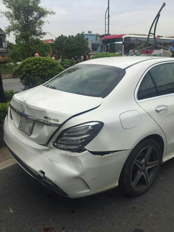 Chiếc ô tô hạng sang Mercedes-Benz bị vỡ đuôi xe