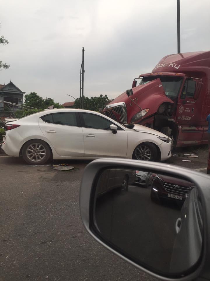Chiếc xe container đối đầu chiếc Mazda3 trên làn đường ngược lại