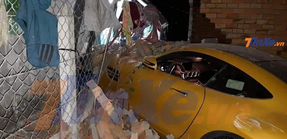 Siêu xe Mercedes-AMG GT S màu vàng tông vào bức tường nhà dân ở Củ Chi