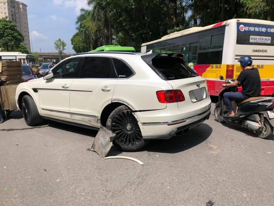 Trục bánh sau của chiếc Bentley Bentayga bị gãy sau tai nạn