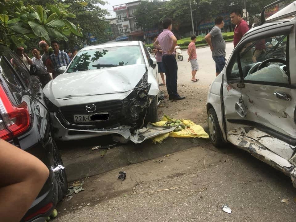 Chiếc ô tô Mazda3 của nữ tài xế gây tai nạn liên hoàn tại hiện trường