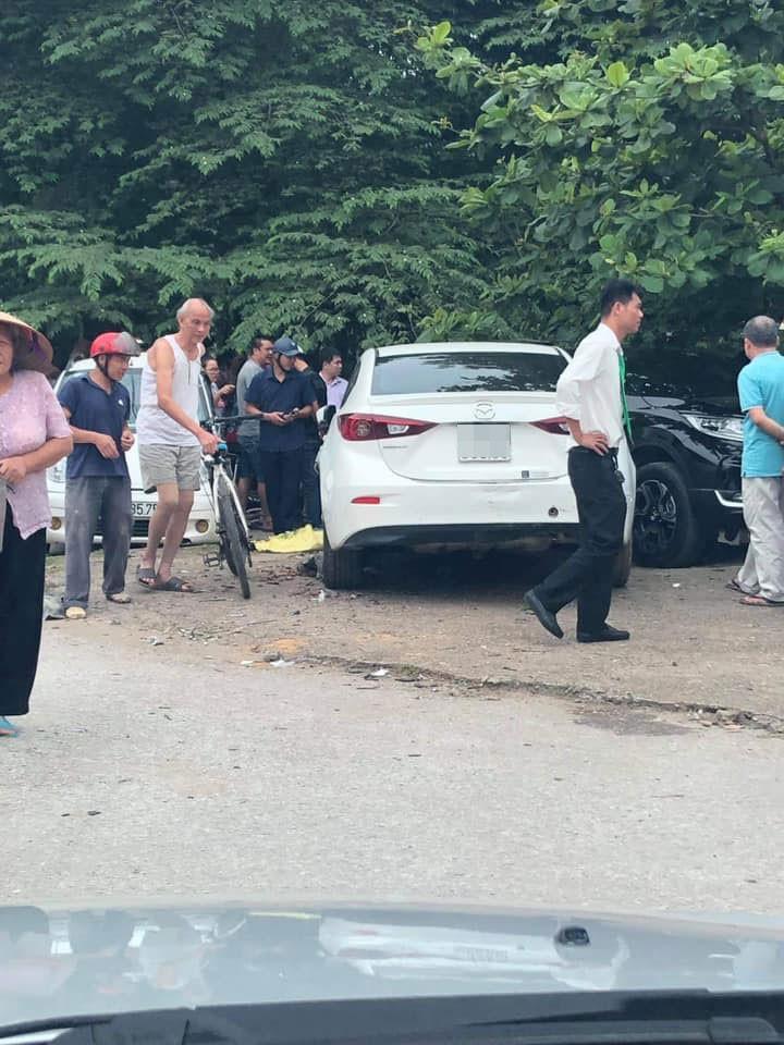 Chiếc ô tô Mazda3 đâm 2 chiếc ô tô đang đỗ, trong đó có một chiếc Honda CR-V