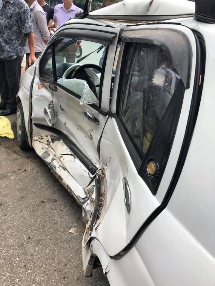 Chiếc ô tô con màu trắng bị chiếc Mazda3 tông bẹp dúm sườn