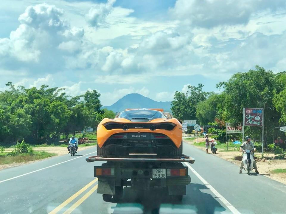 Siêu xe McLaren 720S màu cam độc nhất Việt Nam bị bắt gặp nằm trên xe chuyên dụng đi xuyên Việt