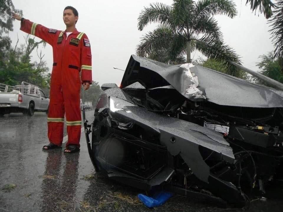 Chiếc siêu xe vỡ nát gần hết đầu xe