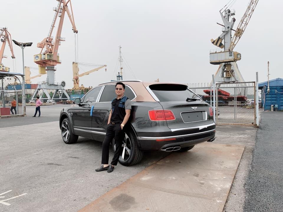 Doanh nhân quận 12 bên cạnh Bentley Bentayga V8 đầu tiên về Việt Nam tại cảng Đình Vũ, Hải Phòng vào ngày 25/5/2019