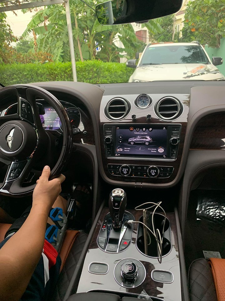Khoang lái của chiếc Bentley Bentayga V8 đầu tiên về Việt Nam