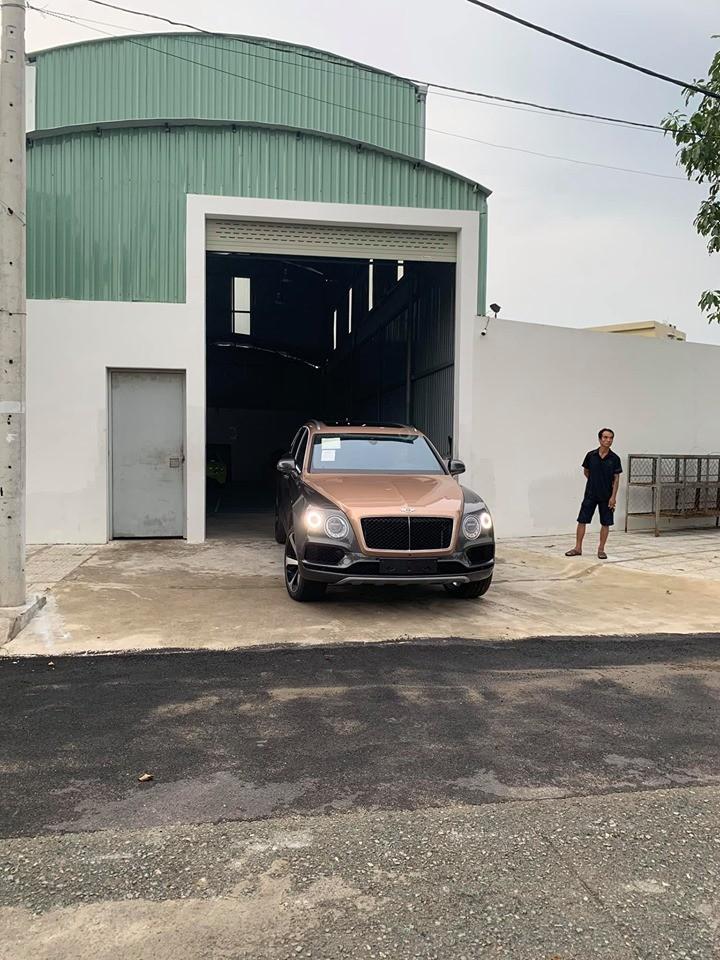 Đây là màu sơn Rose Gold Over Magnetic của SUV siêu sang Bentley Bentayga V8 đầu tiên ở Việt Nam