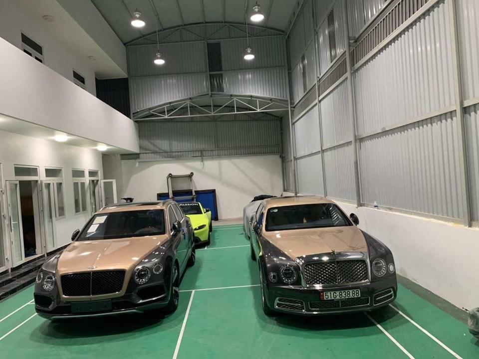 Chiếc SUV siêu sang Bentley Bentayga V8 có màu sơn tông xuyệt tông với chiếc Bentley Mulsanne EWB 2018 đã được doanh nhân quận 12 mua vào năm ngoái