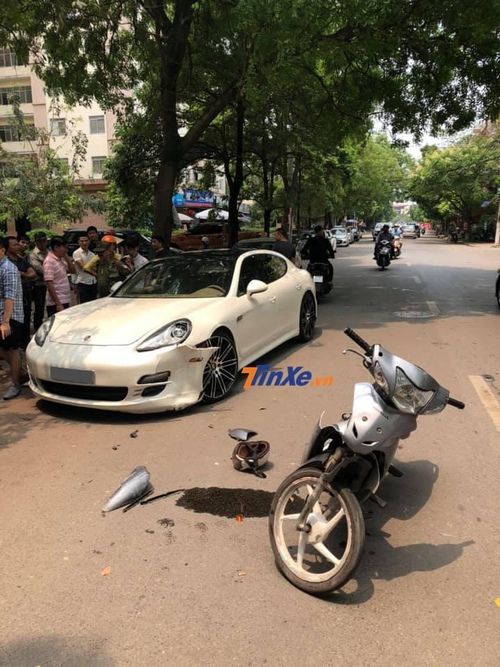 Hiện trường vụ tai nạn giữa xe máy và Porsche Panamera tại khu đô thị Pháp Vân