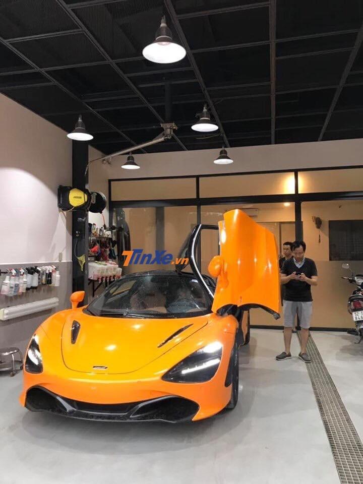 Hiện siêu xe McLaren 720S màu cam đã bàn giao cho người mua mới là thành viên của đoàn Car Passion 2019