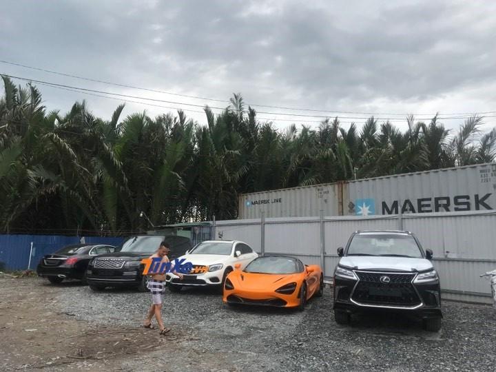 Siêu xe McLaren 720S màu cam ở bãi tập kết trước khi bàn giao cho chủ nhân mới mua