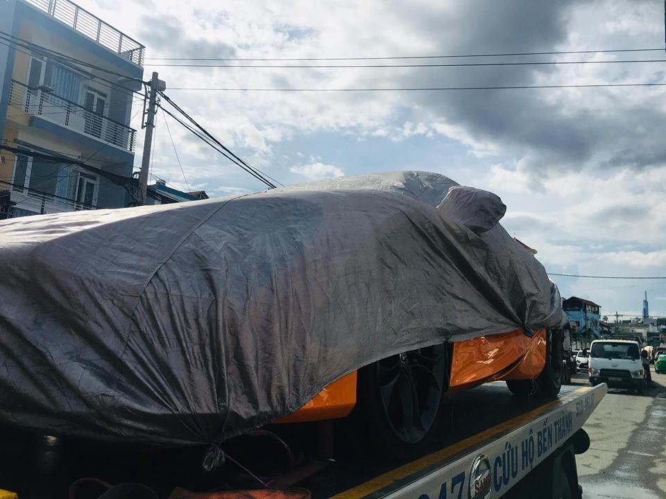 Chiếc siêu xe McLaren 720S màu cam nằm trên xe chuyên dụng đến trạm đăng kiểm quận 7 vào chiều 6/6/2019