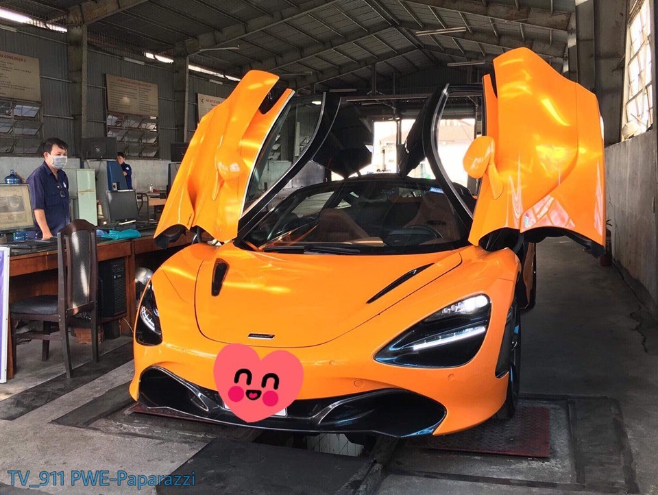Siêu xe McLaren 720S màu cam trong trạm đăng kiểm