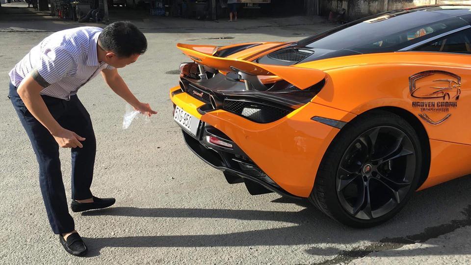 Điều trùng hợp là cả 2 chiếc siêu xe McLaren 720S màu cam tại Việt Nam đều ra biển số trắng