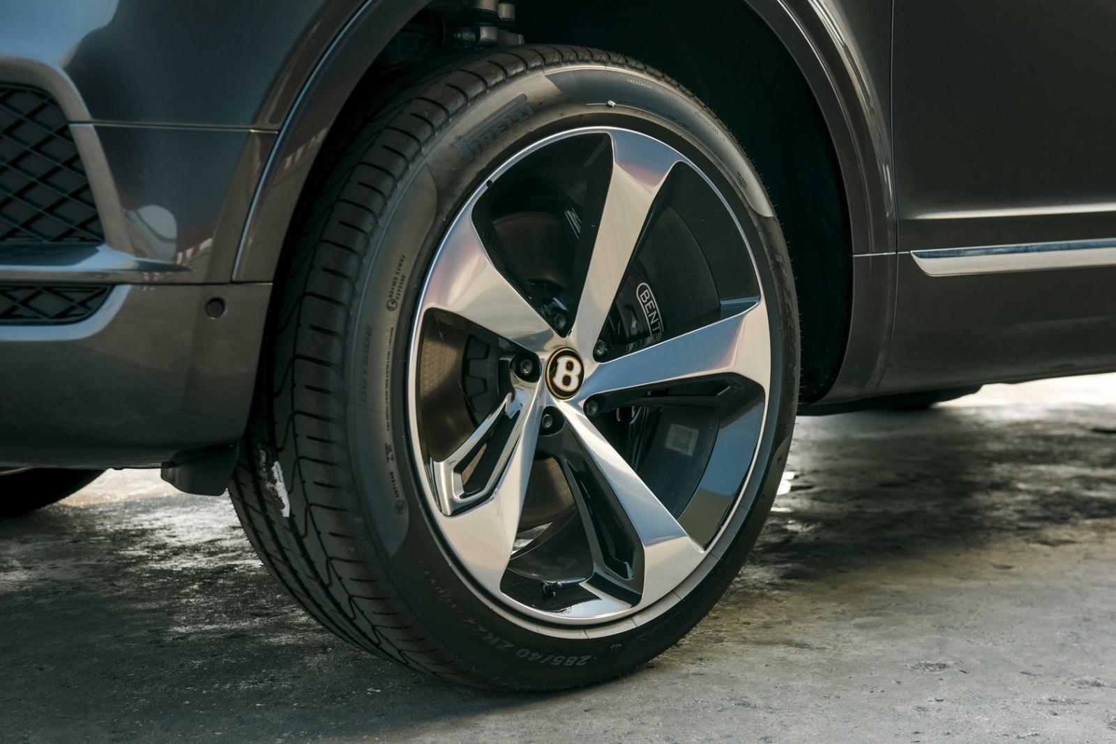 Đây là màu sắc được hãng Bentley thiết kế riêng cho những mẫu xe được đặt hàng và sản xuất từ tháng 10/2018 đến hết 10/2019 để kỷ niệm cột mốc đáng nhớ sinh nhật thứ 100 của Bentley