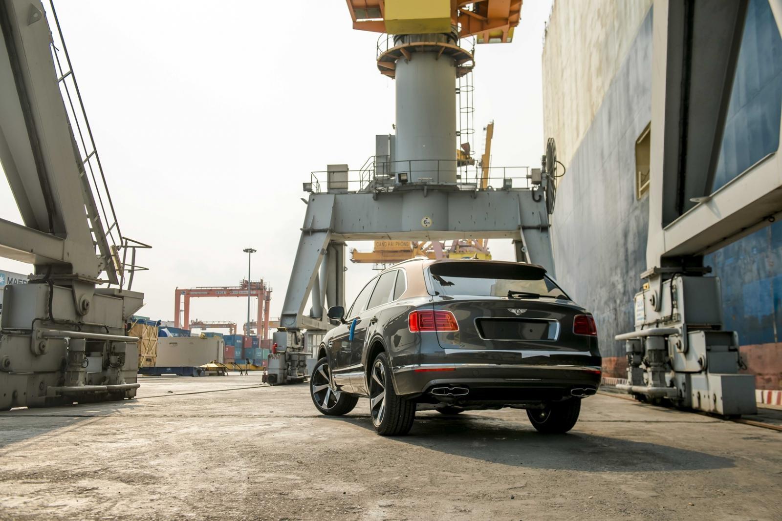 nửa thân dưới của chiếc SUV siêu sang Bentley Bentayga V8 phiên bản kỷ niệm 100 năm được hoàn thành với màu sơn xám Magnetic