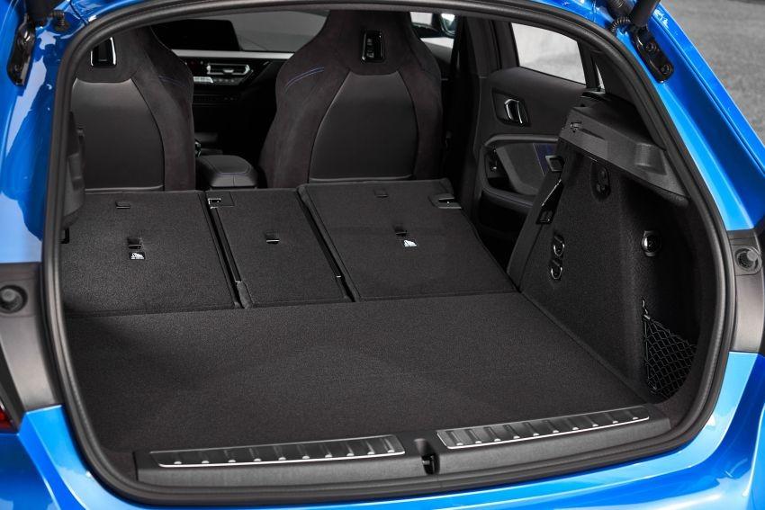 Khoang hành lý của BMW 1-Series 2020 khi hàng ghế sau gập xuống