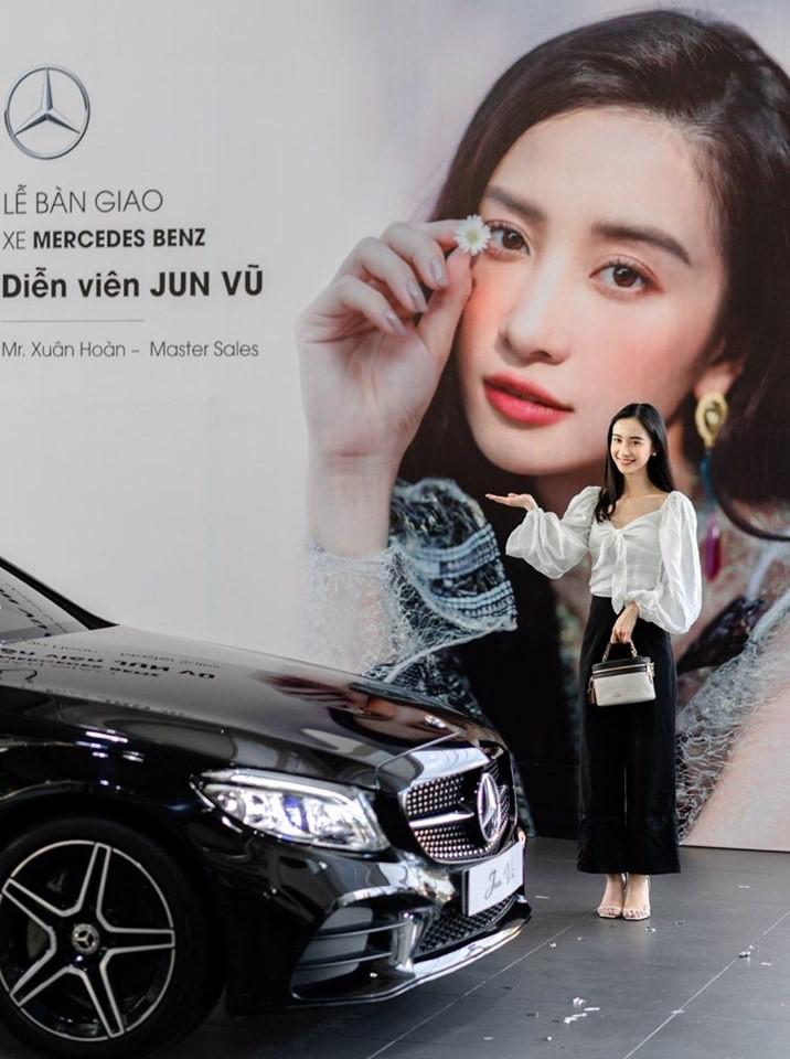 Chiếc Mercedes-Benz C300 AMG 2019 của Jun Vũ được sơn màu đen bóng