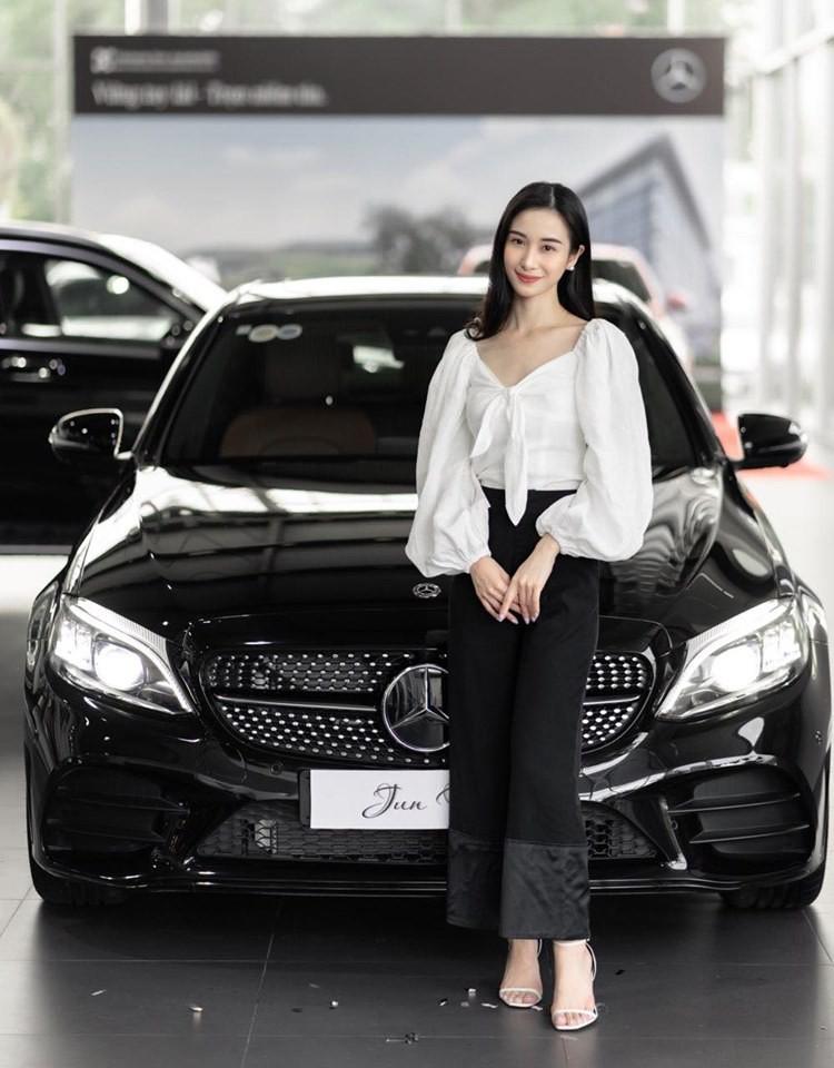 Nữ diễn viên trẻ Jun Vũ tậu chiếc xe sang mới mang thương hiệu Mercedes-Benz