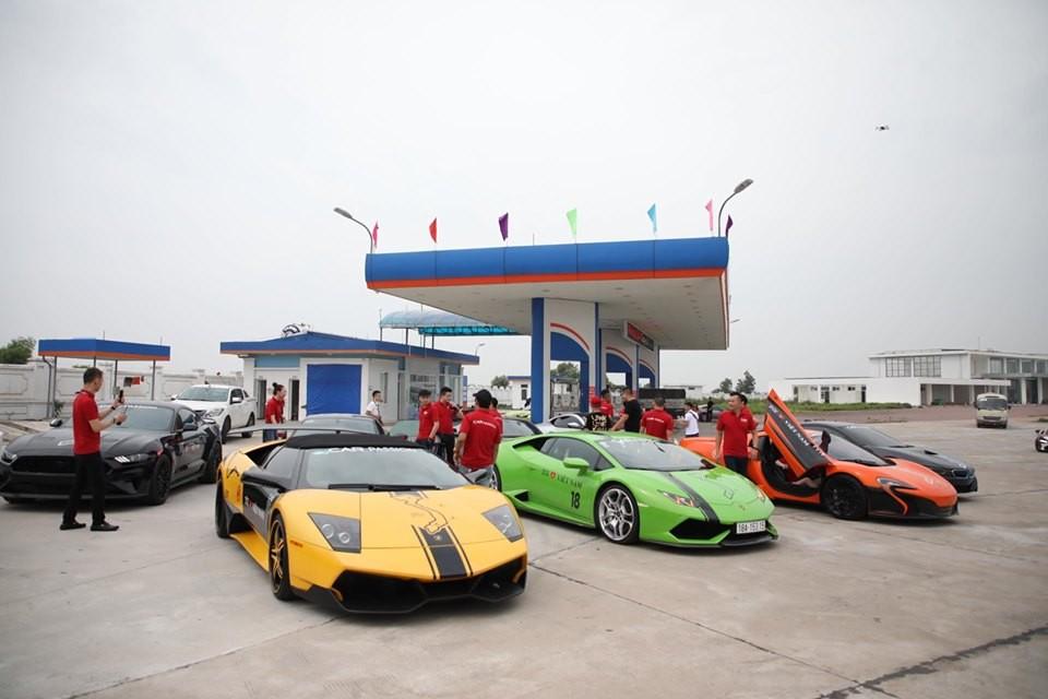 Lamborghini Murcielago LP640-4 mui trần sánh đôi cùng Lamborghini Huracan LP610-4 xanh cốm