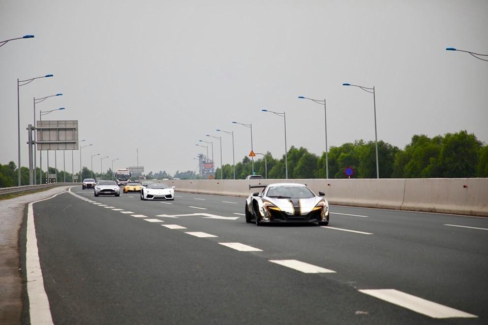 Dàn siêu xe của đoàn Car Passion 2019 trên cao tốc Hà Nội - Hải Phòng vào sáng nay
