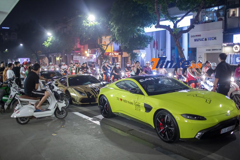 Những người dân hiếu kỳ dừng xe và đứng xem siêu xe đỗ tại phố Hàng Bài
