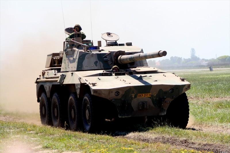 Rooikat 76 nguyên có khẩu súng chống tăng và hỗ trợ hỏa lực Denel GT4 76mm ở trên nóc