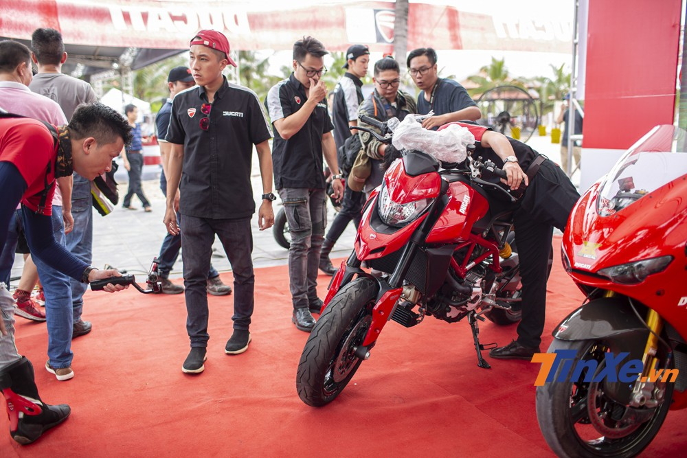 Bóc tem Ducati Hypermotard 950 ngay tại sự kiện. Được biết mẫu xe này được được vận chuyển gấp từ thành phố Hồ Chí Minh ra Hà Nội để kịp ra mắt tại đại hội lần này.