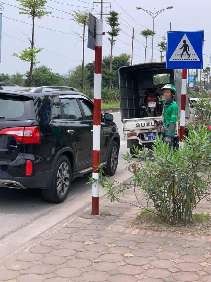 Chiếc xe máy của tài xế GrabBike được đưa về trụ sở Công an sau vụ va chạm với Kia Sorento