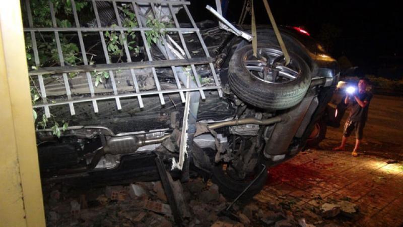 Chiếc Mercedes-Benz bị kẹt cứng vào một bức tường, gây khó khăn cho quá trình cứu hộ