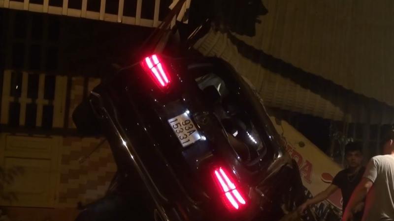 Chiếc SUV hạng sang Mercedes-Benz tại hiện trường vụ tai nạn nghiêm trọng