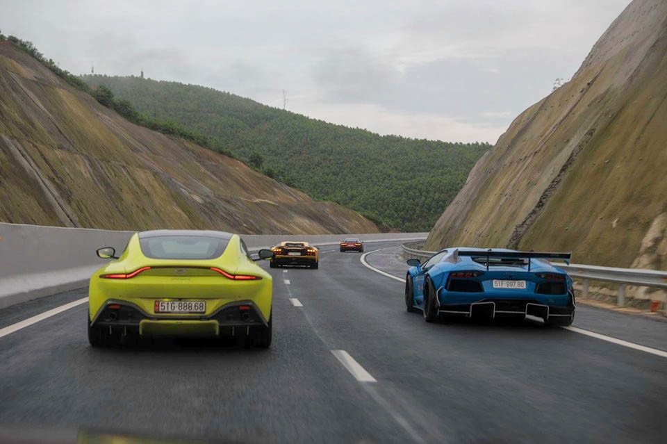 Aston Martin V8 Vantage màu vàng của doanh nhân quận 12 và Lamborghini Aventador LP700-4 độ Liberty Walk của người yêu xe Vũng Tàu