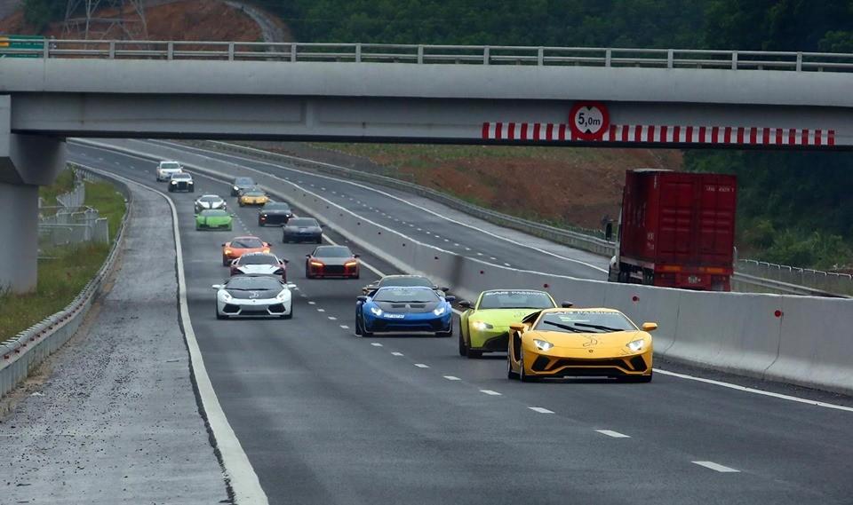 Có khoảng 13 chiếc siêu xe của đoàn Car Passion 2019 di chuyển trên cao tốc Hạ Long - Vân Đồn