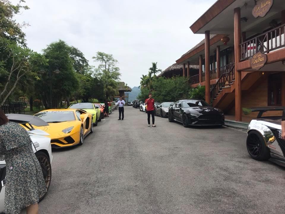 Các thành viên trong đoàn Car Passion 2019 tại điểm dừng chân ở thành phố Hoà Bình