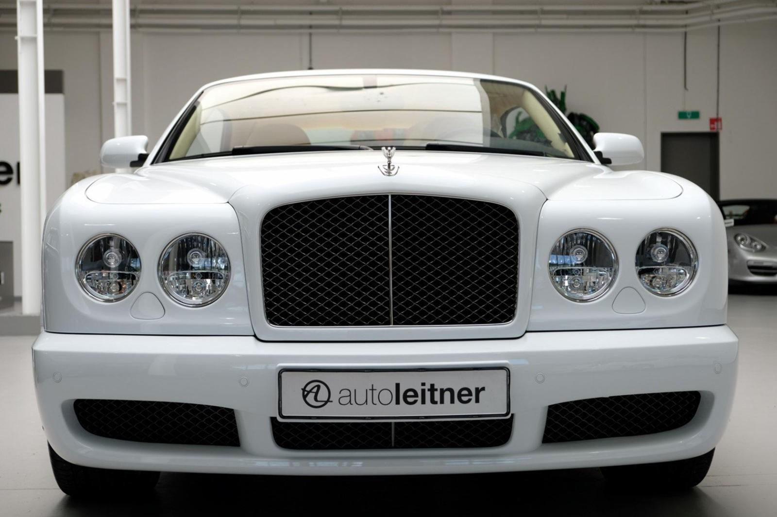 Bentley Brooklands được trang bị lưới tản nhiệt bằng thép không gỉ màu tối
