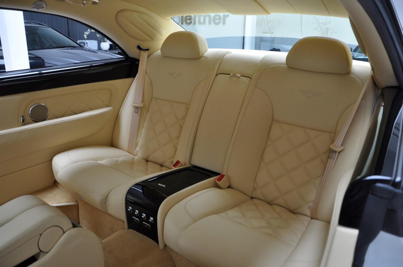Hàng ghế sau của chiếc Bentley Brooklands