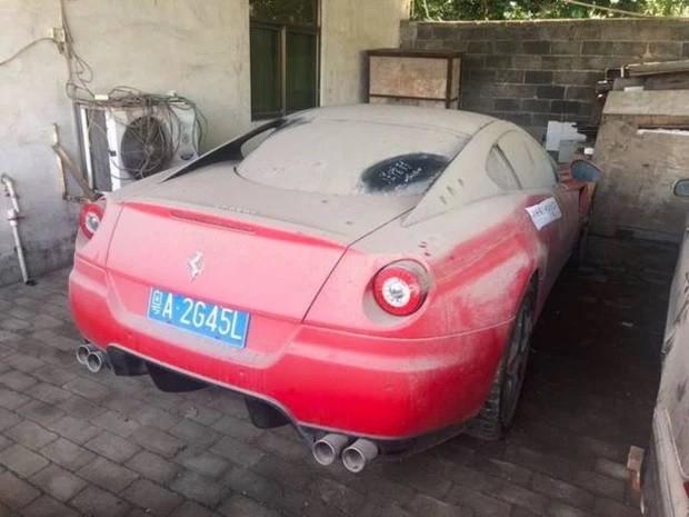 Chiếc siêu xe Ferrari 599 đeo biển số giả